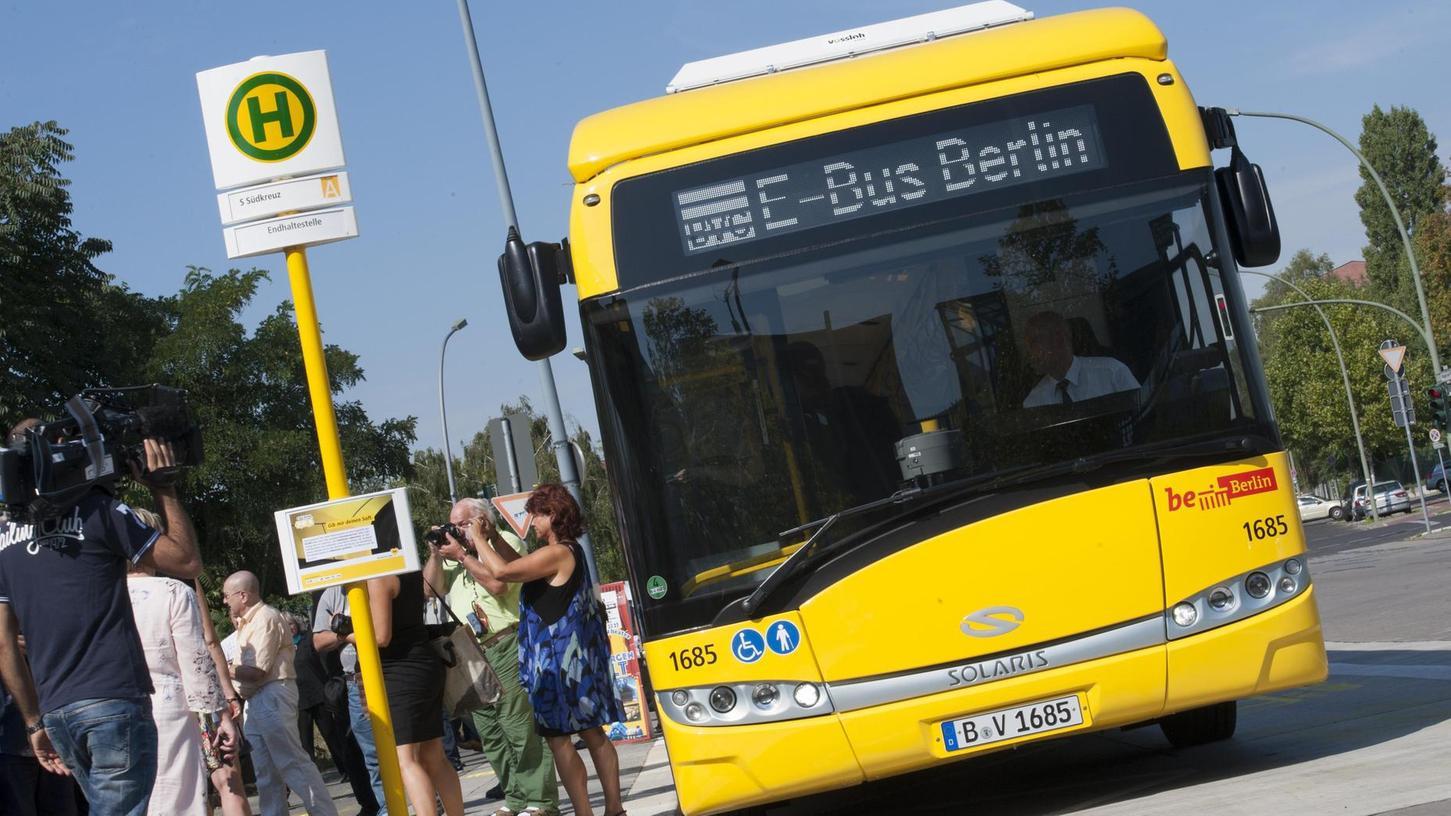 E-Bus-Berlin steht auf dem Display eines Busses der Berliner Verkehrsbetriebe (BVG). In einem Pilotprojekt fahren die Busse der Linie 204 vom Zoo zum Südkreuz künftig im Elektrobetrieb.