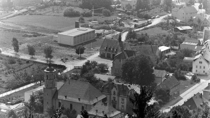 Die Stadt Pegnitz hat sich in den vergangenen 50 Jahren enorm verändert. Deutlich wird dies beim Betrachten von Fotos, die 1967 vom Aussichtsturm auf dem Schloßberg aus