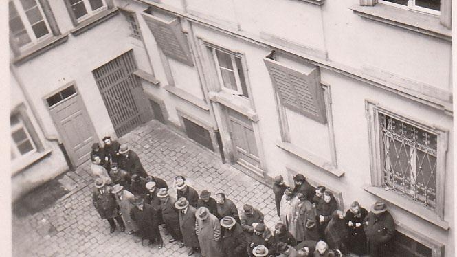 In Erlangen fielen 80 jüdische Mitbürger der Verfolgung zum Opfer. Die jüdischen Familien wurden in der Regel von Polizeibeamten verhaftet oder in
