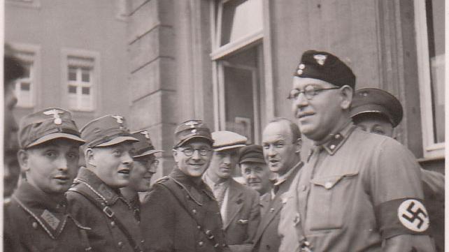 Während des Pogroms warteten SA-Männer und ein Mitglied des NS-Kraftfahrkorps vor dem Rathaus (heute Palais Stutterheim). Anders als in anderen fränkischen Städten hatte in Erlangen die örtliche Polizei einen großen Anteil an der