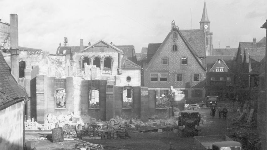 SA-Truppen steckten in der Nacht des 9. Novembers die Synagoge in Brand. Dafür sprengten sie die schweren Eisentore, die den jüdischen Besitz zwischen König- und Mohrenstraße abgrenzten. In der Synagoge...