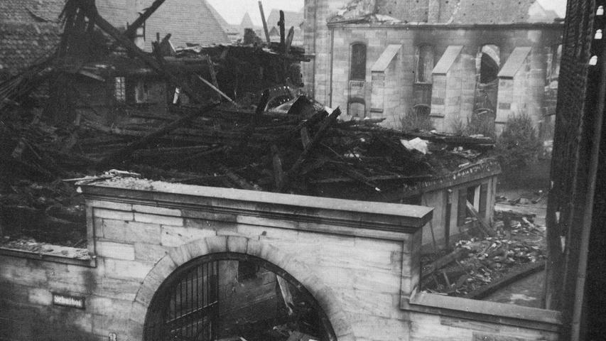...zerschlugen die SA-Männer den Thoraschrein, zerrten die Gebetsrollen heraus und warfen alles, was sie von den Wänden rissen, auf einen Haufen, den sie anzündeten. Das Feuer breitete sich schnell auf die ganze Synagoge aus. Zwar wollte die Feuerwehr...