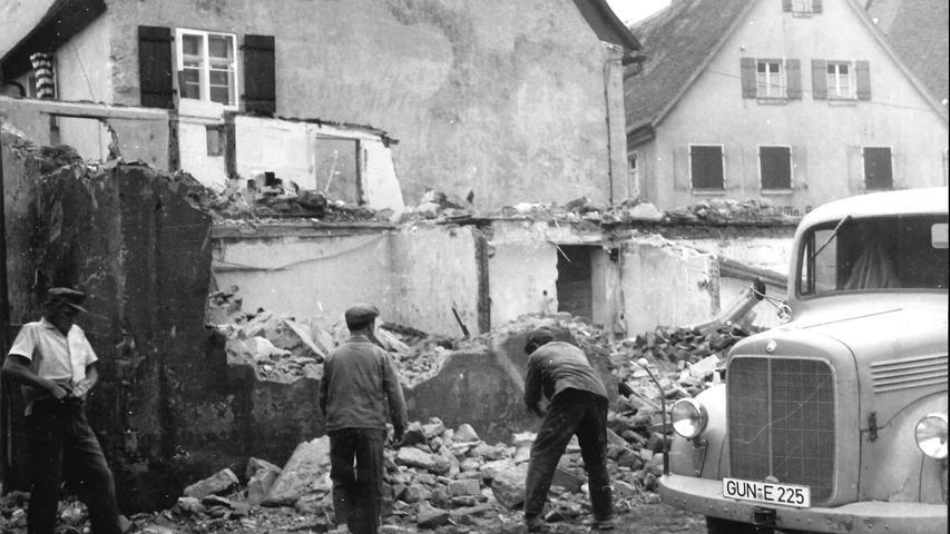 Auch dieses Foto entstand in Gunzenhausen, wo Anfang der 1960er-Jahre das Gebäude der früheren Metzgerei Fischer abgerissen wurde.