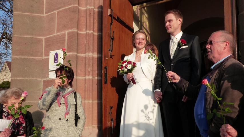 Der Weg führte die Brautleute Franziska Schmidt und Johannes Gimpl, beide aus Berg bei Neumarkt, zunächst ins Neumarkter Standesamt, wo sie von der zweiten Bürgermeisterin Gertrud Heßlinger standesamtlich getraut wurden. Danach fanden sie sich mit den Hochzeitsgästen in der evangelischen Christuskirche ein, um sich den Segen Gottes zu erbitten für ihren neuen Lebensabschnitt. Diese Zeremonie gestaltete Pfarrer Martin Hermann zusammen mit Freunden des Paares, die für eine passende musikalische Umrahmung sorgten. Nach der Trauung wurden sie von den Mitgliedern der Kantorei um Regionalkantorin Beatrice Höhn erwartet, bei der die Braut mitsingt. Der Chor grüßte mit einem Rosenspalier und sang zur Feier des Tages ein Ständchen. Die 29-jährige Humangeografin und der 30-jährige Maschinenbauingenieur kennen sich bereits von Kindesbeinen an, besuchten zusammen die Grundschule in Berg und das Neumarkter Ostendorfer-Gymnasium. Richtig gefunkt hat es 2005 beim