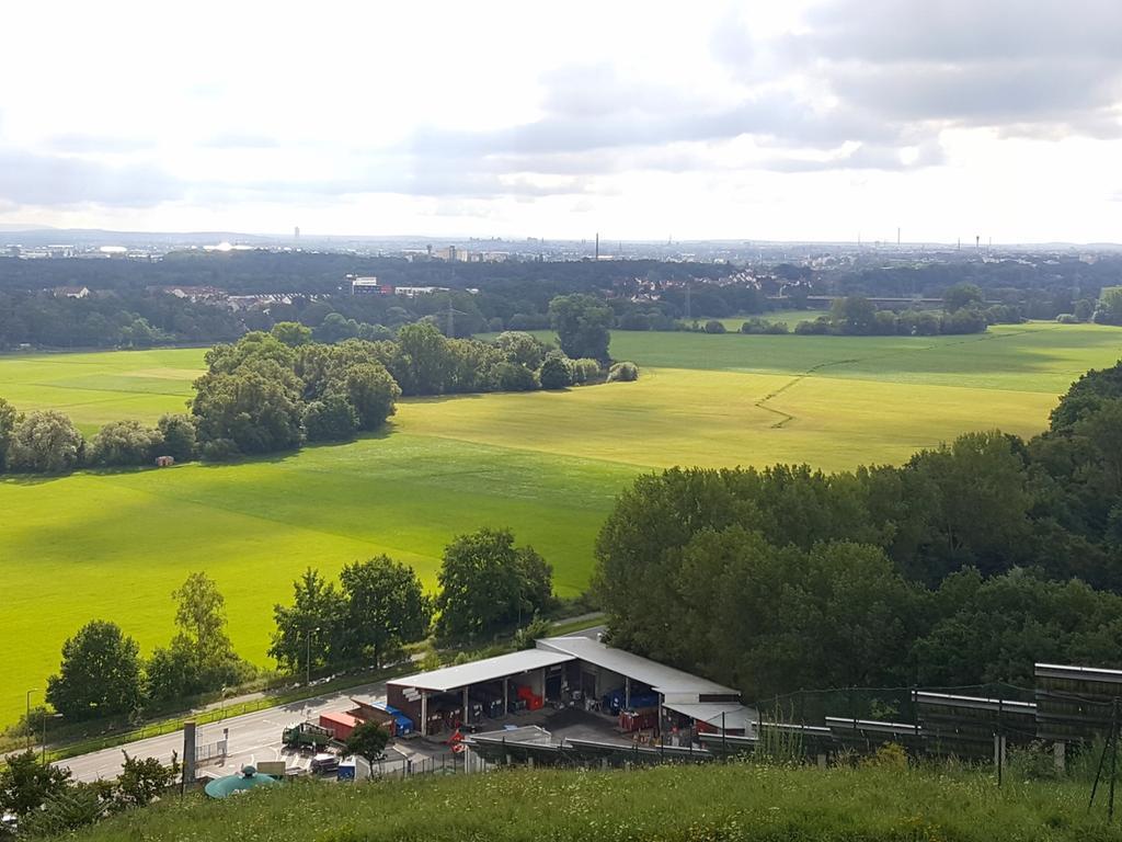 Motiv: Fürth - Solar; Energie; Grüngürtel; Regnitz; Ausblick vom Fürther Solarberg auf das Regnitztal, links Stadeln, im Hintergrund Nürnberg.Foto: Martin Müller, 16.08.2017