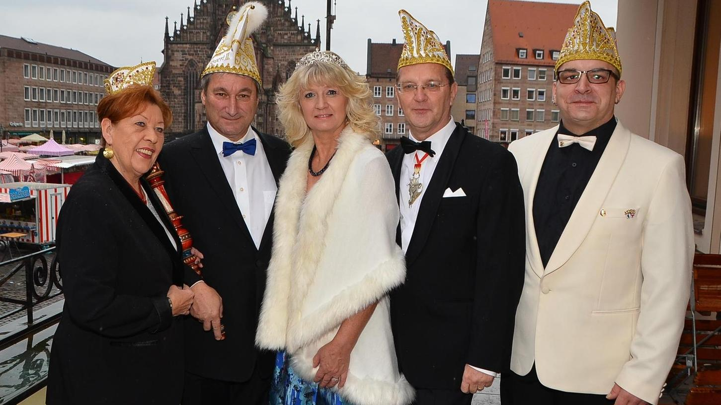 Das Ehepaar Gattenlöhner aus Roth wird im Fasching 2018 als Prinzenpaar zu Narrenberg regieren. Prinz Robert I. (2.v.li.) und Prinzessin Elke II. wurden vom Festausschuss Nürnberger Fastnacht mit Angelika Wimmer, Karlheinz Walter und Andy Rühe anlässlich einer Pressekonferenz vorgestellt.