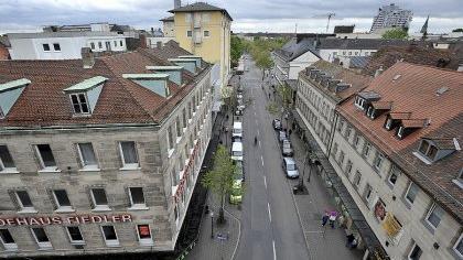 Die Breitscheidstraße rückt in puncto Einzelhandel wieder in den Blickpunkt: Das Fiedlergebäude (links) hat die Stadt schon erworben, nun interessiert man sich fürs Parkhotel (gelbes Haus) und fürs Wölfel-Areal gleich gegenüber.