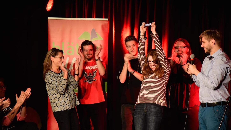 Maron Fuchs stand als Siegerin des Poetry Slam auf der Bühne. Mit ihr freuen sich: Silvia Bessle von der VHS, Florian Langbein, Lenny Kreuz, Martin Geier und Moderator Felix Kaden (von rechts) .