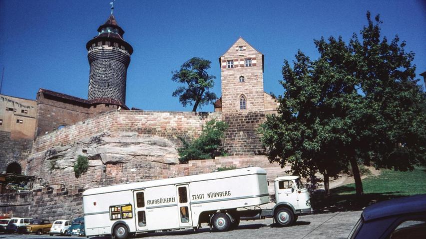 Es geht bergauf: Der Bücherbus kommt und bringt Bildung mit. Das Foto stammt aus dem Jahr 1961 und entstand unterhalb der Kaiserburg. Aus dem Buch
