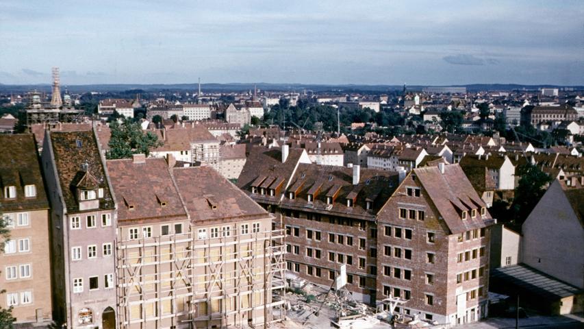 Der Wiederaufbau ist im vollen Gange: Schon 1954 ist Nürnberg nach der kompletten Zerstörung eine Dekade zuvor nicht mehr wieder zu erkennen. Man darf gespannt sein, wie sich die Stadt in den folgenden Jahrzehnten entwickeln wird.