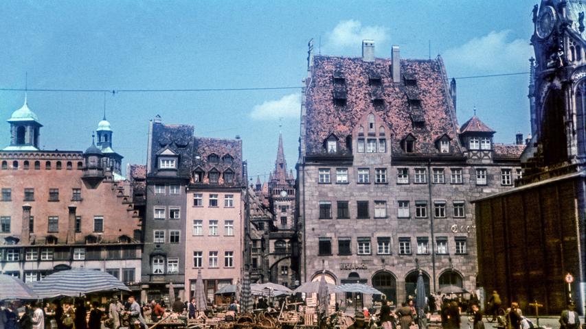 Ein Blick auf dem Hauptmarkt. Noch vor den Luftangriffen auf die Stadt im Jahr 1942 wurde der Michaelschor zum Schutz vor Bombensplittern ummantelt.