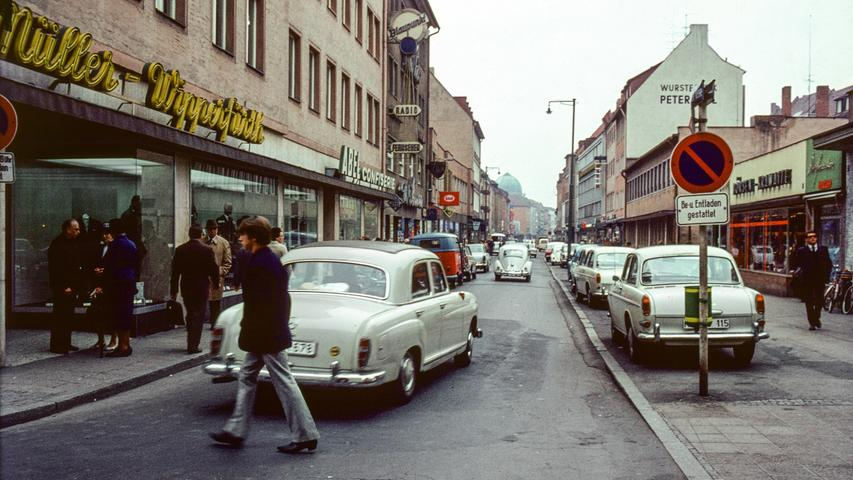 Mercedes 180, VW Typ 3 und natürlich der allgegenwärtige Käfer: So sah es früher in der Nürnberger Fußgängerzone aus - bevor die Autos von dort verbannt wurden. Wer erkennt die Straße? Na klar, es ist die Breite Gasse. Mehr Farbbilder aus Nürbergs bewegter Geschichte finden Sie hier.