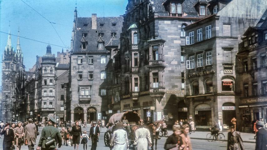 Nur wenige Jahre zuvor ging es in Nürnberg deutlich lebhafter zu. Hier ist die Königsstraße, rechts gelegen von der Lorenzkirche, besonders gut zu erkennen.