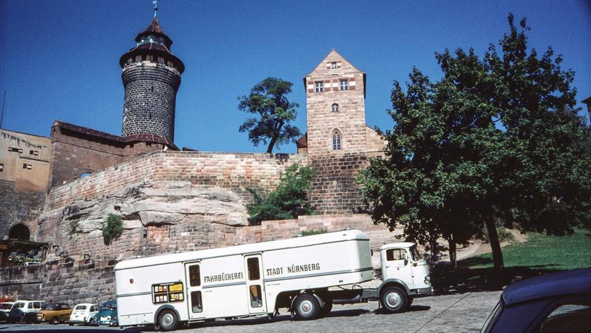 Der Bücherbus kommt: Ab 1959 wurden zusätzlich zu den Außenstellen der Stadtbibliothek mobile Standorte durch die Fahrzeuge eingesetzt - so wie hier am Ölberg. Das Foto wurde 1961 aufgenommen.