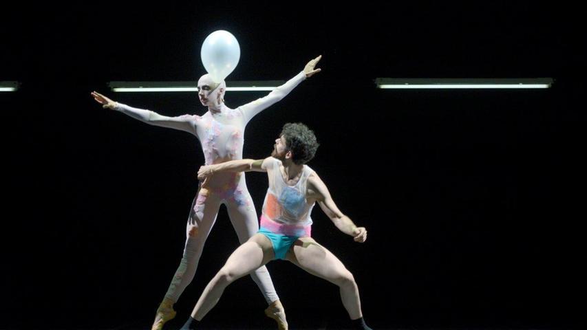 Goyo Montero bleibt auch unter der neuen Intendanz Ballettchef. Seine Kompagnie (hier: Isidora Markovic, Daniel Roces) wird zwangsläufig immer wieder verjüngt, er setzt insgesamt aber auf Kontinuität.