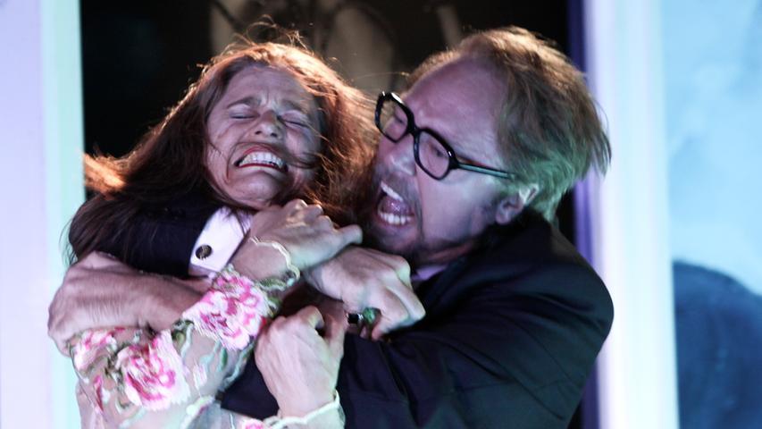 Als eingespieltes Team haben die Schauspieler schon alles miteinander erlebt: Handgreifliche Liebes- und Kampfszenen (hier Nicola Lembach und Stefan Lorch in