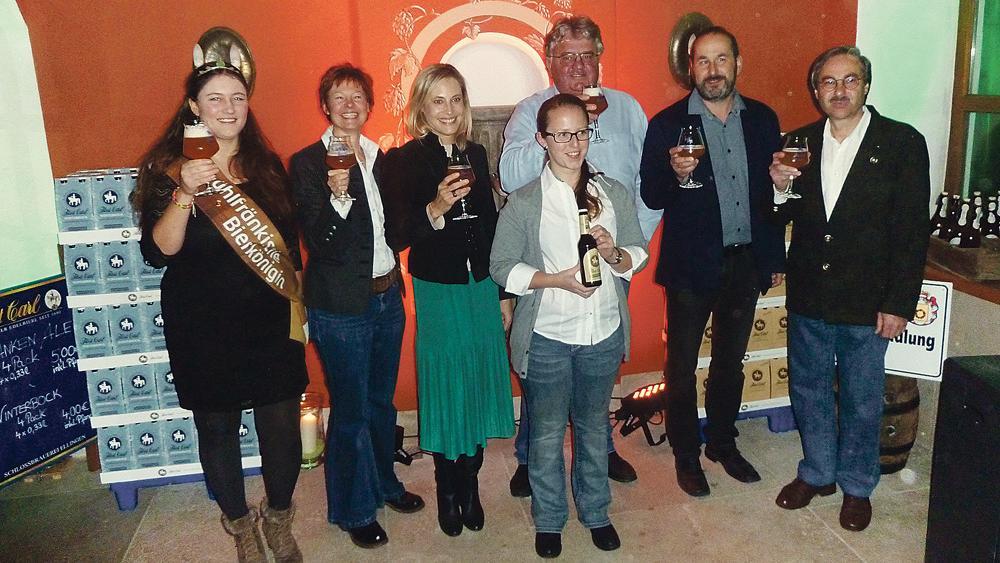 Prost aufs neue Ale: Die neue Braumeisterin Nina Kolb hat in Ellingen im Sudhaus ihre neue Bierkreation vorgestellt. Die Gelegenheit nutzte Fürstin Katalin von Wrede, um ihr neues Team vorzustellen. Werner Sauer (3. v. re.) ist der neue Brauerei-Direktor und Sabrina Müller (2. v. li.) die neue Marketing-Chefin.