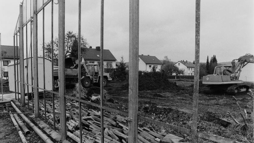 Nicht erst heute, sondern auch schon vor 25 Jahren enstanden große Wohnanlagen in Pegnitz. Ende 1992 wurden in der Fuchshofstraße hinter der Neuapostolischen Kirche die Gewächshäuser der Firma Blumen-Hofmann abgerissen, um Platz zu schaffen für nicht weniger als elf Häuser und drei Tiefgaragen. Die Firma Außenhofer aus Neudorf errichtete dort in Zentrumsnähe 74 Eigentumswohnungen und eine Arztpraxis. Die vier Bauabschnitte sollten sich bis zum Jahr 1995 hinziehen. Foto: Lenk