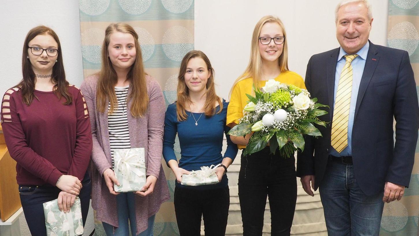 Christkind-Kür mit (von links) den Engeln Cindy Haupt, Mira Isabell Boeck und Katja Baumann, Christkind Alisa Kurz und Bürgermeister Uwe Raab.