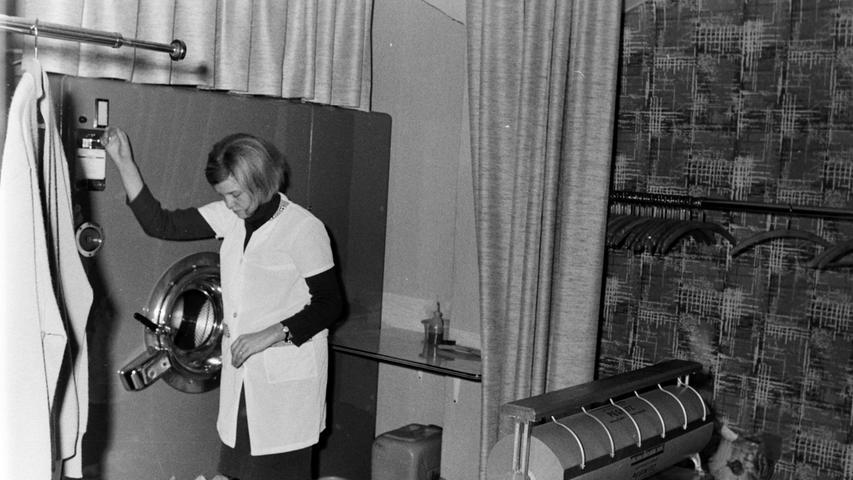 Heute gibt es überhaupt keine Reinigung mehr in Pegnitz. Vor 50 Jahren aber legte Gottfried Stöcker mit einer ersten Münzreinigung neben der Eisdiele im Pegnitzer Stadtzentrum den Grundstein für seinen späteren Betrieb in der Schloßstraße. Der Vorteil war, dass die Kunden ihre Kleidungsstücke nach nur 25 Minuten schon wieder sauber mitnehmen konnten, gegen einen kleinen Aufpreis sogar gebügelt. Foto: Volz