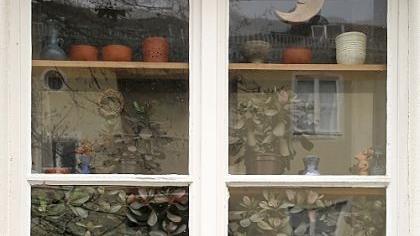 Viele Stadtbewohner sehnen sich nach ein bisschen grün. Aber nicht jeder kommt auf die Idee, ein Wohnungsfenster als Gartenersatz mit Sonne, Mond und Töpfen zu benutzen. Es muss ja nicht immer gleich eine ganze Plantage sein. Manchmal genügt schon ein kleiner grüner Kaktus. Alle Fotos auf dieser Seite: Christian Oberlander