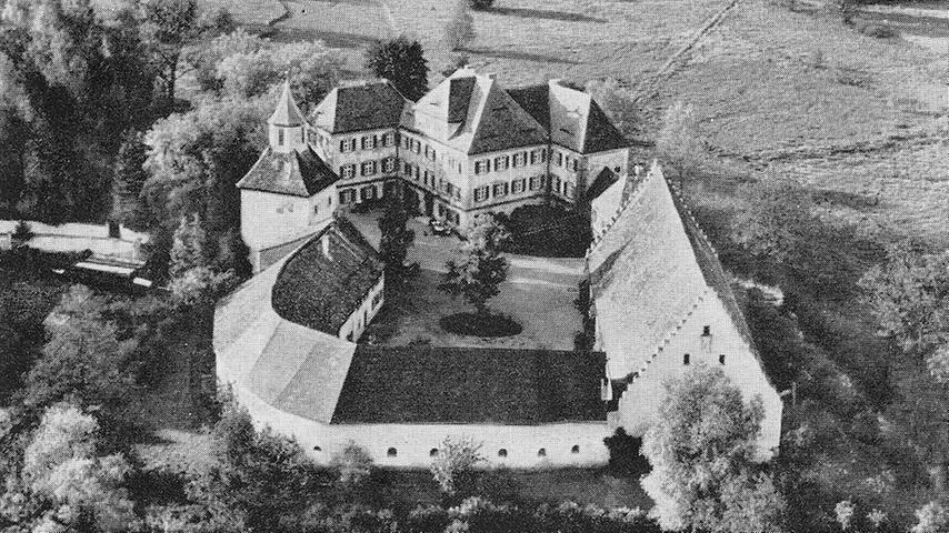 Eine gepflegte Baumlandschaft umgab das Wasserschloss.