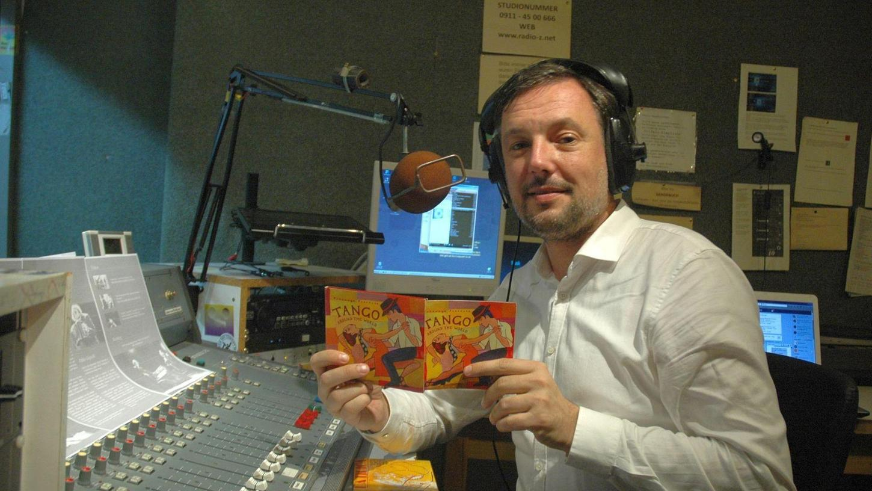Tagsüber ist er Pressesprecher der Stadt Schwabach, im Feierabend regelmäßig Radio-DJ: Jürgen Ramspeck ist in seinem Element, wenn er im Radio Z-Studio in Nürnberg seine Tango-Sendung präsentiert.