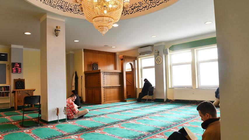 Zentral gelegen zwischen Kohlenhof und Plärrer — und trotzdem leicht zu übersehen: Die Moschee der albanisch-muslimischen Gemeinde Bashkimi in der Zufuhrstraße ist seit 2009 Anlaufpunkt für albanische Muslime vom gesamten Balkan.  Wo früher Paletten mit Spielwaren aus- und umverpackt wurden, hat sich die Gemeinde ihren Gebetsraum für bis zu 300 Personen eingerichtet.