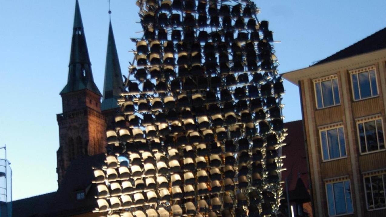 Olaf Metzels Stuhlskulptur am Schönen Brunnen provozierte. Und ist deshalb Vorbild für manches Projekt bei der Kulturhauptstadtbewerbung.