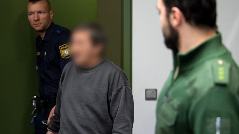 Hier wird der Angeklagte in den Verhandlungssaal des Münchner Landgerichts geführt.