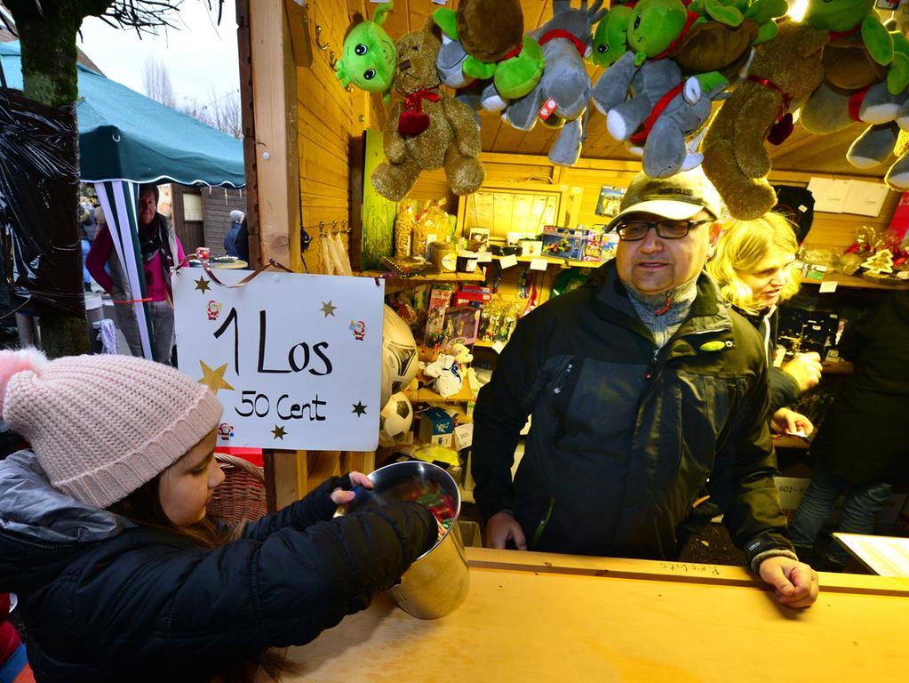 Auch die 22. Auflage des traditionelle Eltersdorfer Queckenmarktes ist wieder ein Riesenerfolg gewesen. An die 8000 Besucher haben die Damen um Gerlinde Merz gezählt. An den 35 Ständen wurde überwiegend handwerkliche Erzeugnisse wie Filzpantoffeln, Keramik-Engelchen, leuchtende Sternchen, warme Stricksachen, aber auch Kerzen, Schnäpse und hausgemachte Marmeladen angeboten. Der Reinerlös dieses ersten Erlanger Weihnachtsmarktes kommt in diesem Jahr der Diakonie Jugendwerkstatt Eltersdorf und dem Jugendhaus in der Egidienkirche zugute..Foto: Klaus-Dieter Schreiter