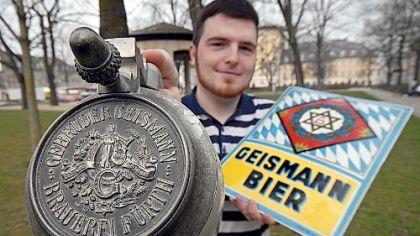 Um den Ausverkauf der Fürther Brauereitradition fürchtet Brauer-Ururenkel Felix Geismann - hier mit einem Bierkrug aus dem Jahre 1890 und einem um 1920 geschaffenen Brauereischild.