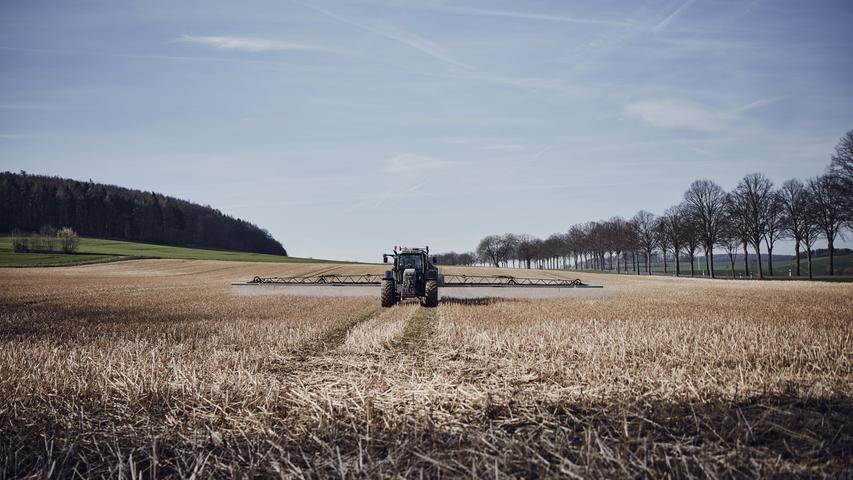 Glyphosat ist ein chemischer Herbizidwirkstoff. Er wird zahlreichen Spritzmitteln beigemischt und tötet sämtliche Pflanzen, die damit in Berührung kommen. In Deutschland macht Glyphosat ein Viertel der verkauften Unkrautvernichter aus, etwa 5000 Tonnen werden pro Jahr abgesetzt.
