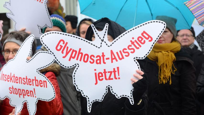 """Eine Europäische Bürgerinitiative hatte 1,3 Millionen Unterschriften gegen Glyphosat gesammelt, eine neuere Petition der Grünen-Europaparlamentarier Sven Giegold und Martin Häusling 293.000, darunter knapp über 1000 aus Nürnberg. Die Petition """"Glyphosat? Ja bitte!"""", die ein niedersächsischer Bauer 2016 an den Bundestag gerichtet hat, kam auf 6235 Unterzeichner."""