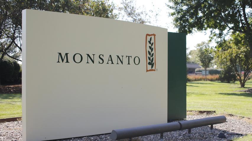 Glyphosat-Hersteller wie der US-Konzern Monsanto, aber auch chinesische Firmen, die laut Analysten über 40 Prozent des schon seit Jahren nicht mehr unter Patentschutz stehenden Unkrautgifts produzieren, können aufatmen. Ihr Glyphosat-Geschäft kann auch in Europa erst einmal weitergehen. Auf den Aktienkurs des deutschen Bayer-Konzerns, der eine milliardenschwere Übernahme Monsantos plant, hatte die Entscheidung laut Börsenexperten zunächst keinen Einfluss. Monsanto und andere Hersteller hatten der EU laut Tagesspiegel mit Klagen auf bis zu 15 Milliarden Euro gedroht, sollte die Glyphosat-Genehmigung nicht verlängert werden.