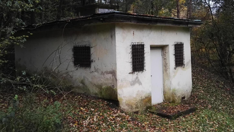 Schaut nicht gut aus: Das Quellenhaus der Leupser Wasserversorgung ist schon rein äußerlich in einem desolaten Zustand, wie dieses und die unteren Fotos dokumentieren.