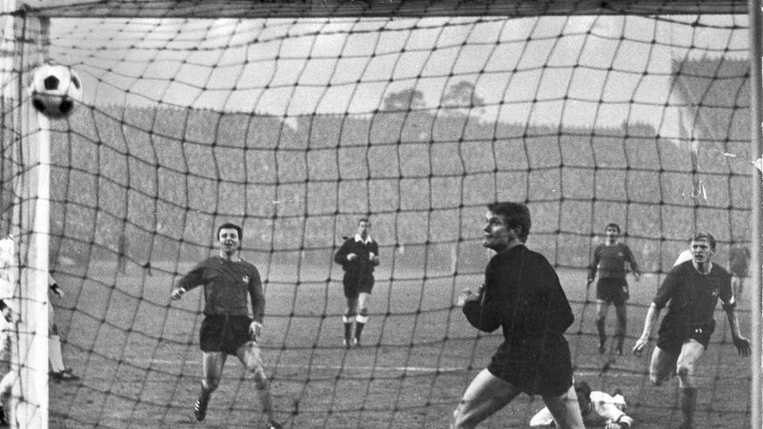 Und dann, am ersten Adventwochenende: das Jahrhundertspiel! Der Erste erwartete den Zweiten. Endstand 7:3. Gegen den FC Bayern. Wer dabei war, wird es nie mehr vergessen. Siebendrei. Fünfmal Brungs, außerdem trafen Strehl und Volkert.