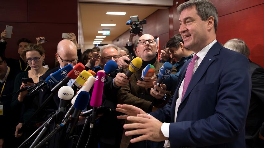 Der ewige Kampf zwischen den beiden ist jetzt allerdings ausgetragen. Söder ist Ministerpräsident von Bayern, Seehofer Bundesinnenminister.