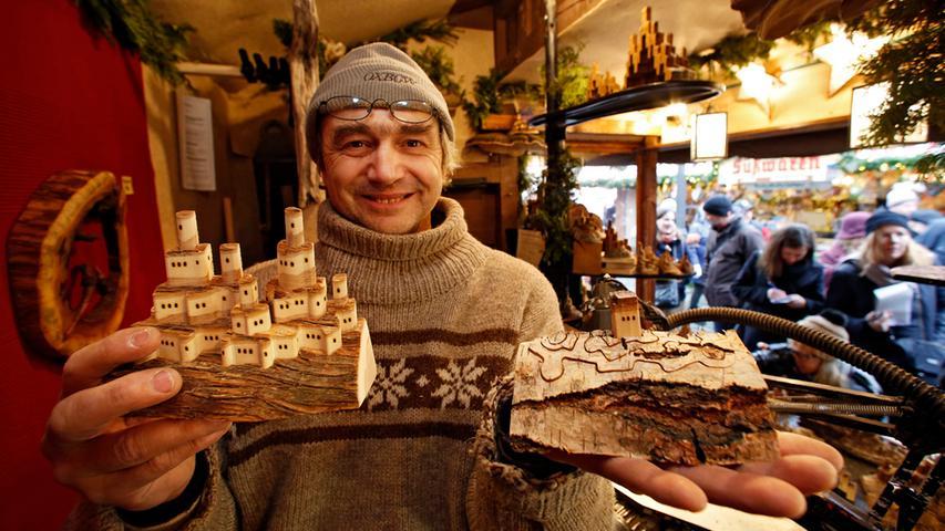 """""""Bitter, sehr bitter."""" Stefan Lüpges hat die schlechte Nachricht schwer auf den Magen geschlagen. Der Kunsthandwerker, der seit drei Jahren mit winzigen Zauberburgen aus Holz am Markt ist, hat schon länger gebangt. Jetzt ist es da, das """"finanzielle Fiasko"""", wie er es nennt. Am Christkindlesmarkt erwirtschafte er ein halbes Jahreseinkommen, so der Mann aus Tuchenbach. Und es sei nicht sein erster Markt, der in diesem Jahr floppt. Jetzt müsse er seine Altersvorsorge aufbrauchen. Dass die Stadt die Standgebühren zurückerstattet, sei der einzige Lichtblick. Lüpges: """"Das tun längst nicht alle."""" Von einem"""