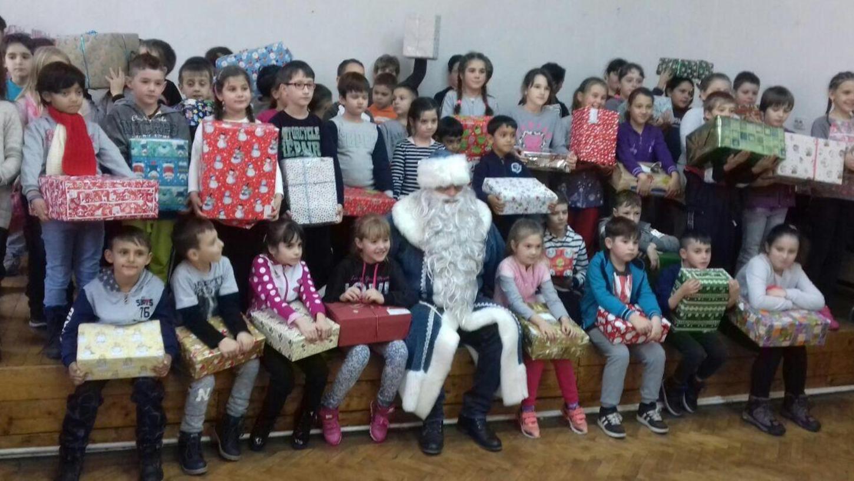 Der Höhepunkt der Hilfsaktion des ASB Pegnitz war die Übergabe von Weihnachtspäckchen an Kinder im rumänischen Sanktanna durch Nikolaus Wolfgang Müller.