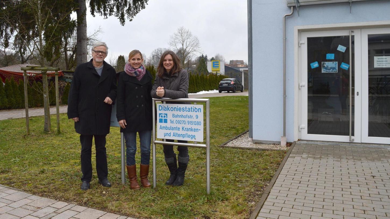In Creußen soll nächstes Jahr eine neue Tagespflege entstehen. Im Bild (v.li.) Dekan Gerhard Schoenauer, die scheidende Geschäftsführerin Manuela Bierbaum und Pfarrerin Nicole Peter.