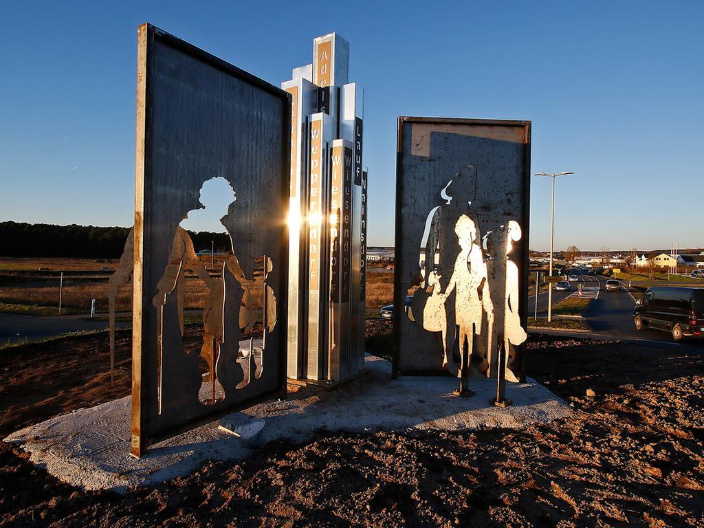 Was lange währt, wird endlich gut: die neue Skulptur im Adelsdorfer Kreisverkehr.