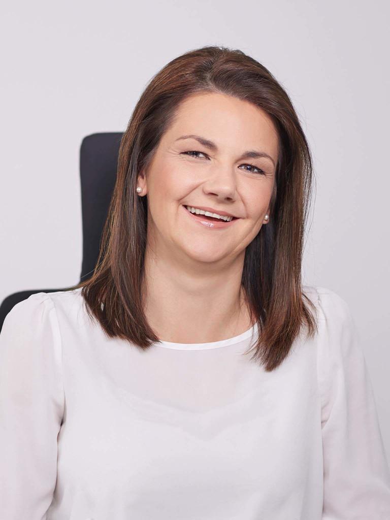 Jutta Suchanek ist seit 1. Oktober 2017 Personalverantwortliche – Chief HR Officer – bei der Nürnberger GfK. Sie leitet das globale Personalwesen, eine Funktion, die es bisher in der Form in dem Marktforschungsunternehmen noch gar nicht gab. Zudem ist Suchanek Mitglied des Executive Leadership Teams. Sie kommt wie der Vorstandschef der GfK von der WMF Group. Die Bankkauffrau und Diplom-Wirtschaftspädagogin begann ihre berufliche Laufbahn bei der Stadtsparkasse Aichach und sammelte später in diversen Positionen weltweit Erfahrung. Die GfK beschäftigt in Mittelfranken 1902 Mitarbeiter, weltweit sind es knapp 13.000.