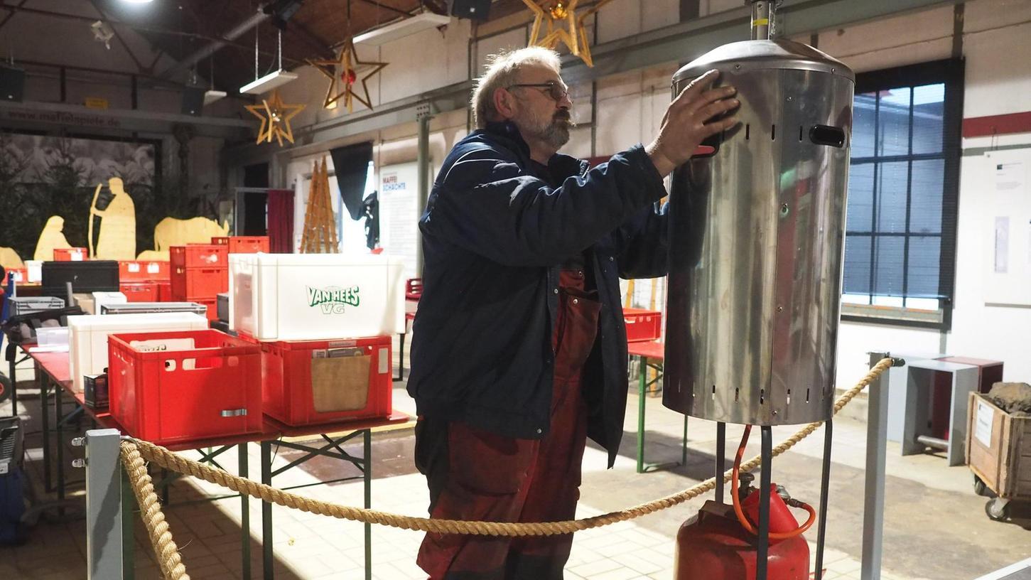 Letzte Vorbereitungen auf Maffei: Hans Warta bestückt die Heizpilze mit Gasflaschen.