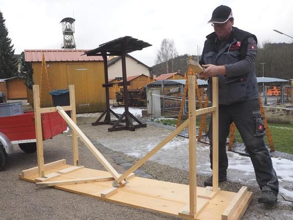 Matthias Regn stellt Stehtische für die Besucher auf.