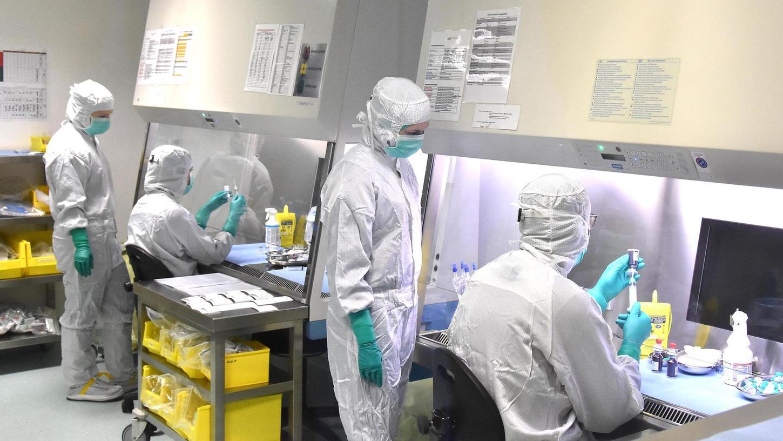 Der eine befüllt die Infusionsbeutel, der andere überwacht den Vorgang: Wie hier, im Reinraumlabor der ABF-Apotheke, wird auch im Zyto-Labor des Fürther Klinikums nach dem Vier-Augen-Prinzip gearbeitet.
