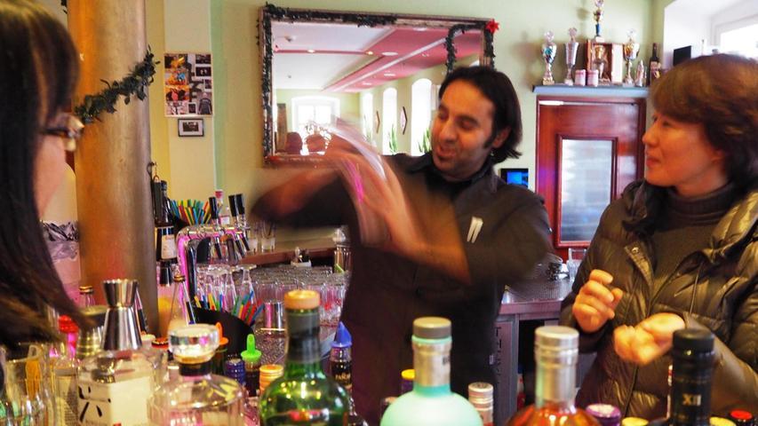 Weihnachtliche Getränke mixte Sami Alijaj bei einem Cocktail-Kurs.
