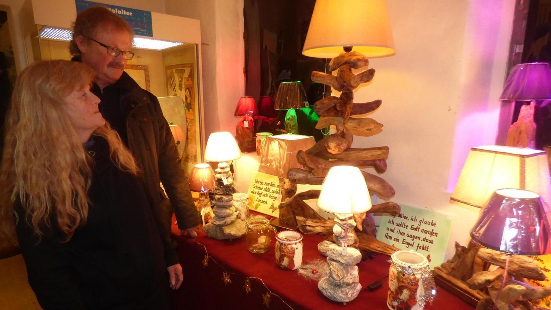Zum ersten Mal hat der gebürtige Tüchersfelder Roland Held, der mittlerweile in Creußen lebt, seine Lampen aus Steinen und Schwemmholz beim Weihnachtsmarkt im Fränkische-Schweiz-Museum angeboten.