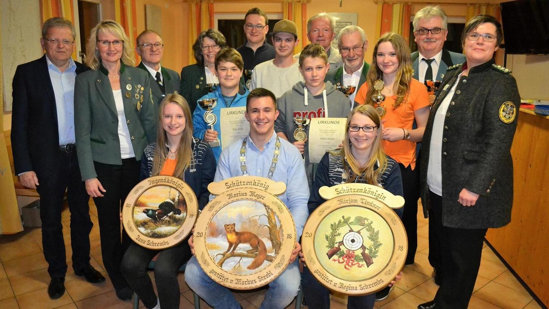 Die Horlacher Vereinsmeister und Schützenkönige haben sich bei der Weihnachtsfeier zu einem Erinnerungsfoto zusammengestellt.