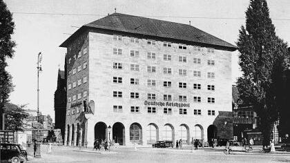 Von Streicher verschlimmbessert: Die Hauptpost am Bahnhofsplatz, fotografiert um 1935.